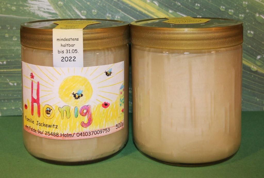 Darstellung unseres gerührte Frühlingshonig 2020 im Glas. Einmal dargestellt von vorne und hinten. So ist einmal das Ettiket und einmal die Farbe des Honigs zu sehen.